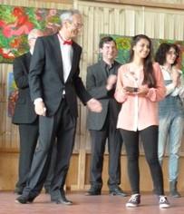 Jean-Luc Bourdila remettant le Prix aux bénévoles