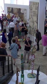 Une partie de la foule à l'intérieur du Musée, avec en toiles de fond, deux immenses toiles de Macréau