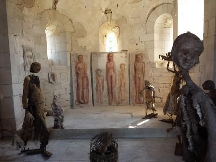 Installation des oeuvres de l'Invitée d'Honneur dans la chapelle de Salmaise