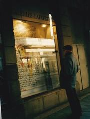 Une vitrine des Galeries Lafayette avec un texte illustré de Catherine Dupire