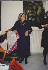 Cérès Franco découvrant le tableau de Maurice Rapin offert par Jeanine Rivais et Michel Smolec