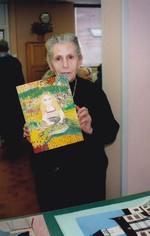 Une grand-mère qui présentait ses oeuvres