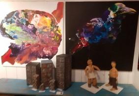 """Dans la galerie """"A l'ombre bleue du cèdre """" : Quelques oeuvres déjà installées qui illustreront les chansons de Jean Ferrat"""