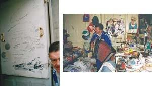 andré robillard jouant de l'accordéon et regardant le volet de sa porte couvert de dessins et écritures