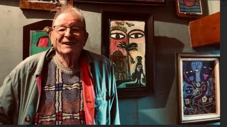 L'ancien médecin Alain Guyomard pose devant sa collection privée, à son domicile de Rosporden (Ph : Martin Riedler)