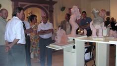 Le public nombreux explore les expositions.