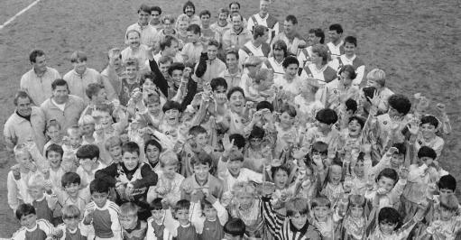 Senioren- und Jugendspieler am alten Sportplatz 1993