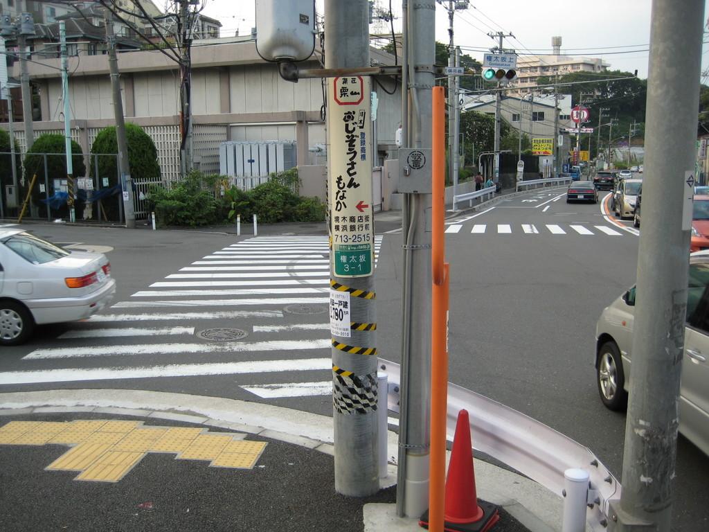 歩道橋をわたりきったところは 『権太坂下』交差点。 左を向いて・・・