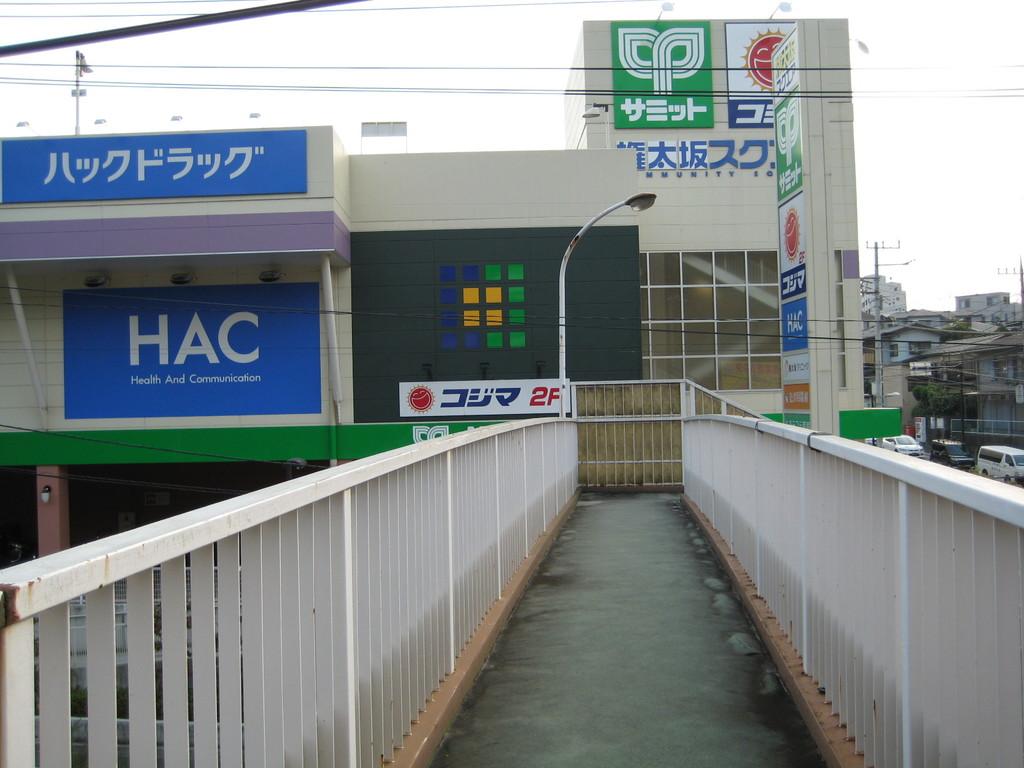 歩道橋を登り切ると進行方向に 権太坂スクエアが どんと かまえています