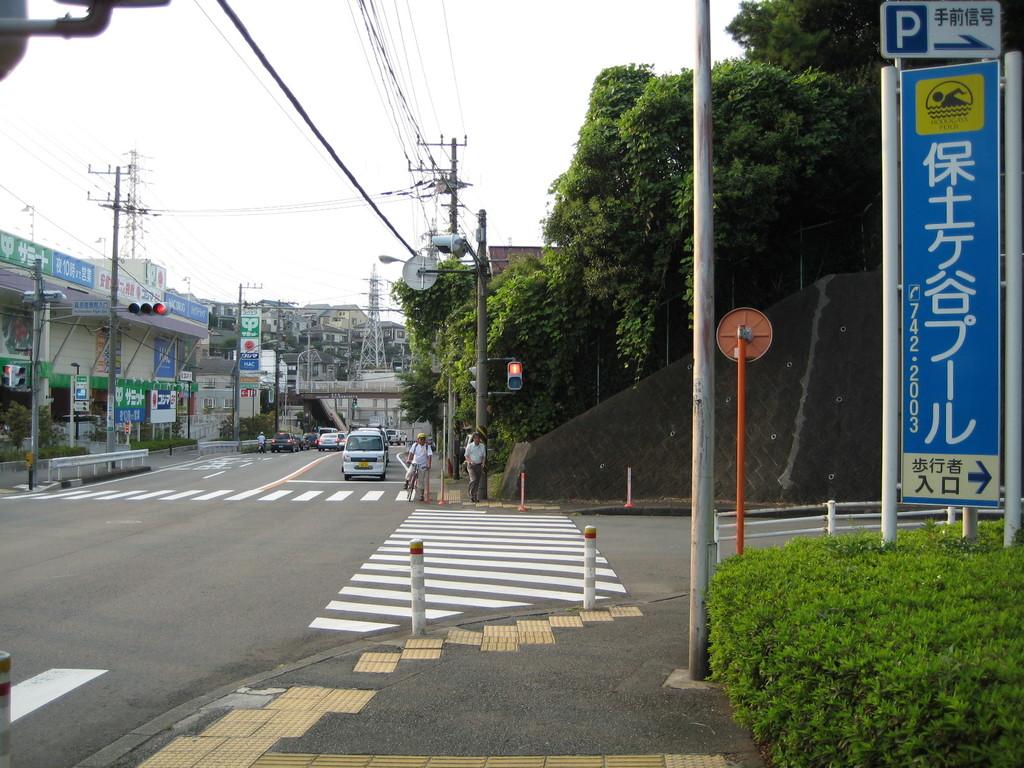 すぐに「資源循環局入口」交差点に到着 そのまま坂を下ります