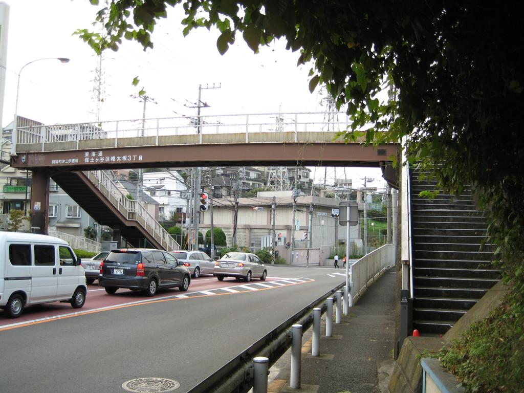 前方の 『狩場町第二歩道橋』 を昇ります