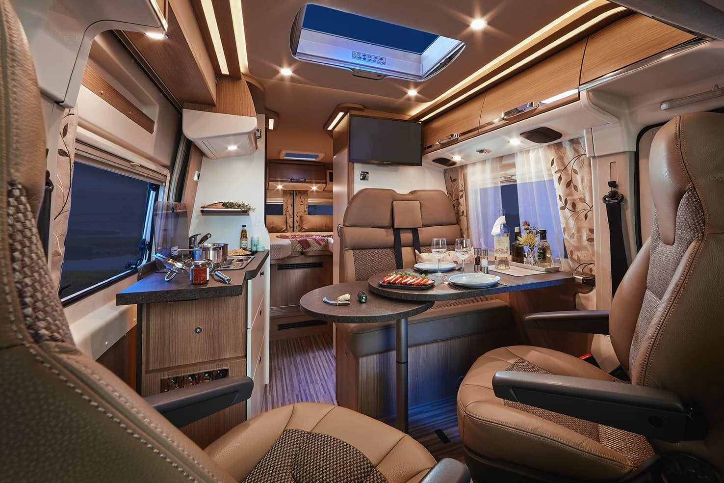 Hirschbühl Caravan Rental Malibu Van 640 GT Charming LE innen am Abend
