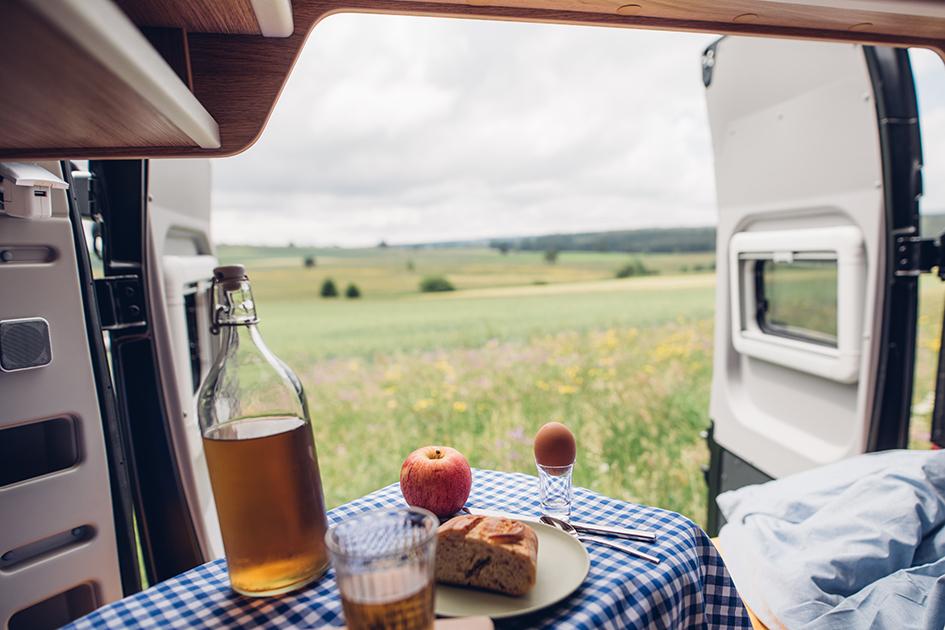 Frühstück im Bett, Hirschbühl Caravan Rental, Wohnmobil mieten in Tübingen