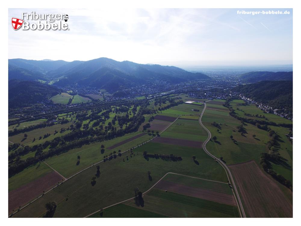 Luftaufnahme in Blickrichtung Freiburg von Kirchzarten/Stegen aus im September 2018