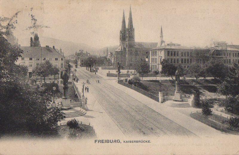 Heute habe ich ein wirklich wunderschönes Foto der Kaiserbrücke in Blickrichtung Johanneskirche für euch. Man beachte die Figuren auf der Brücke in den Einbuchtungen. Diese wurden im 2. Weltkrieg abgebaut und zum einschmelzen nach Berlin gebracht (für Munition, Waffen usw).  Nach dem 2. Weltkrieg fand man heraus, dass die Figuren noch nicht verarbeitet waren, sondern noch vollständig vorhanden. Da aber Freiburg kein Geld für den Rücktransport hatte, musste man leider darauf verzichten.  Was aus ihnen geworden ist habe ich leider nicht herausbekommen können 😕 Die Einbuchtungen sind heute noch vorhanden...