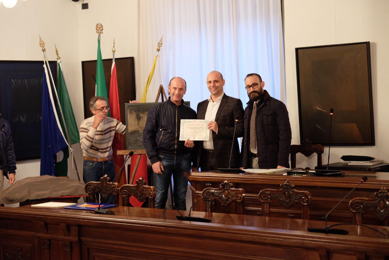 """Ivan Picenni riceve l'attestato di """"opera segnalata"""" per il suo quadro """"Cielo"""""""