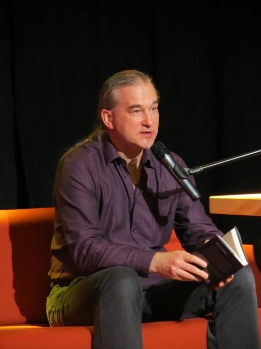 """Karsten Beuchert liest aus """"Grotesk! Eine Genre-Anthologie"""" - Herausgeber Jan-Eike Hornauer"""