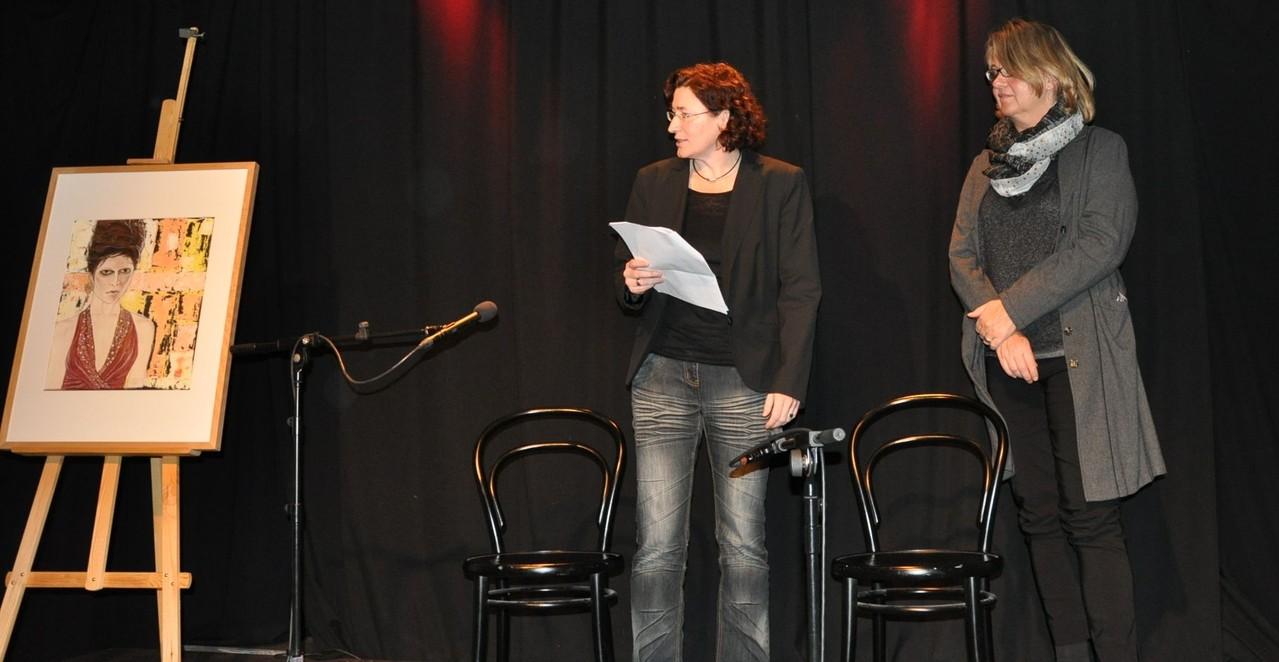 Monika Veth (rechts im Bild) spricht über das Originalbild, welches Grundlage für das Coverbild war