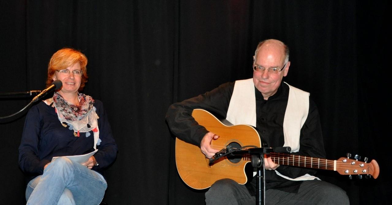 """Jutta Baltes liest aus ihrem Text """"Vinzenz"""" - Gerhard Kaßing begleitet sie auf der Gitarre"""