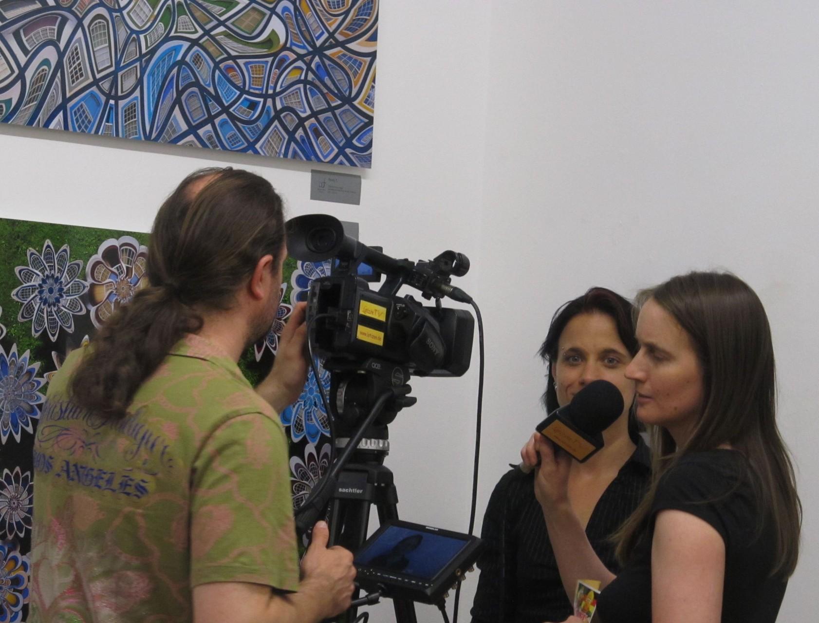 Sabine Brandl beim Interview (Latizón TV)