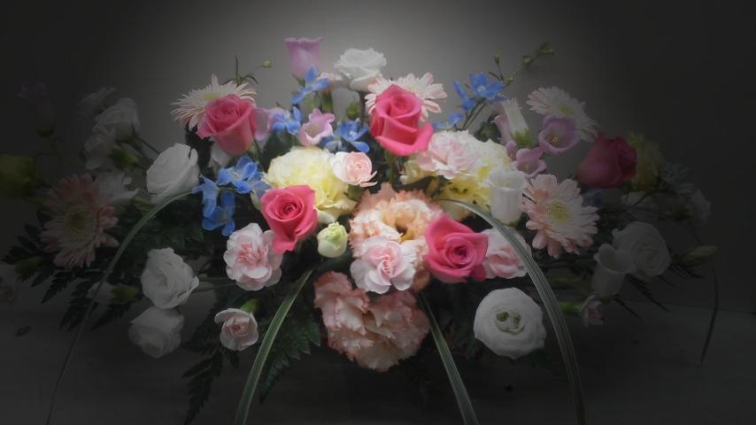 高さを押さえた受付用装花