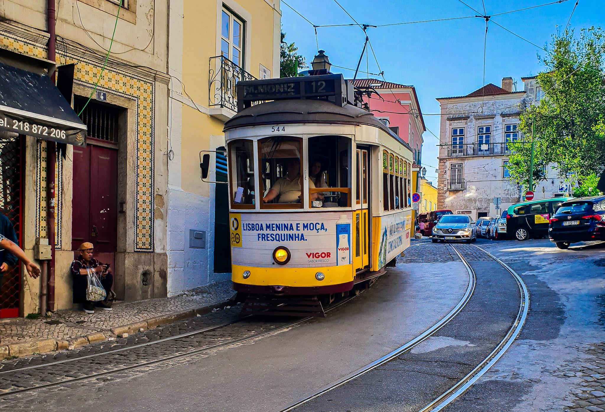 Die bekannte Straßenbahn in Lissabon