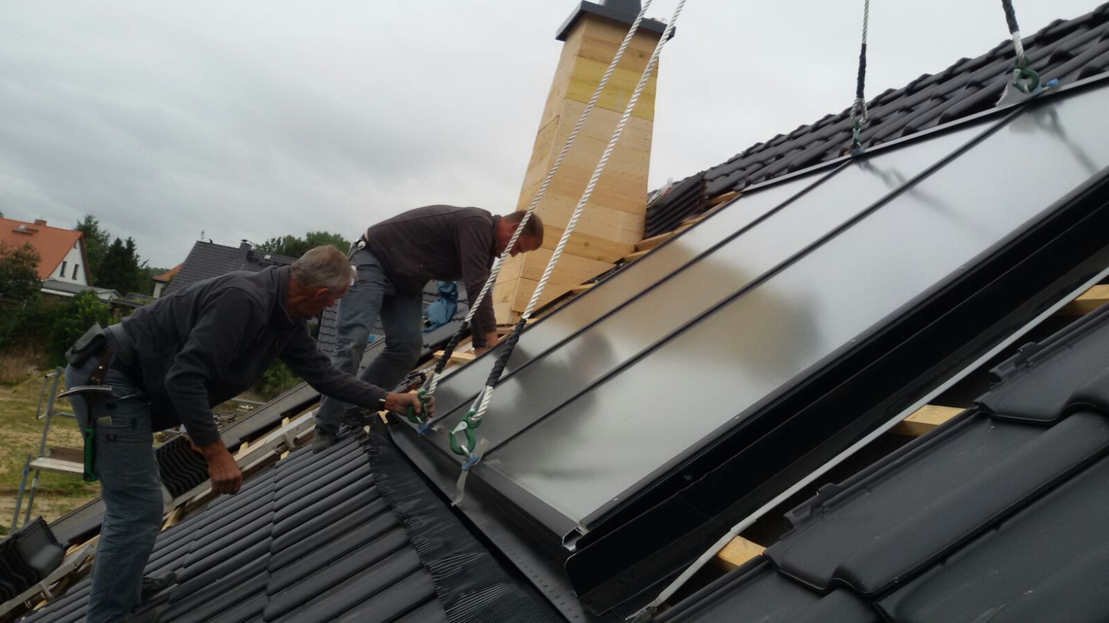 Einbau eines Braas  Solar Kollektor TK 6  zur Warmwasseraufbereitung und Heizungsunterstützung mit einen Hochkran