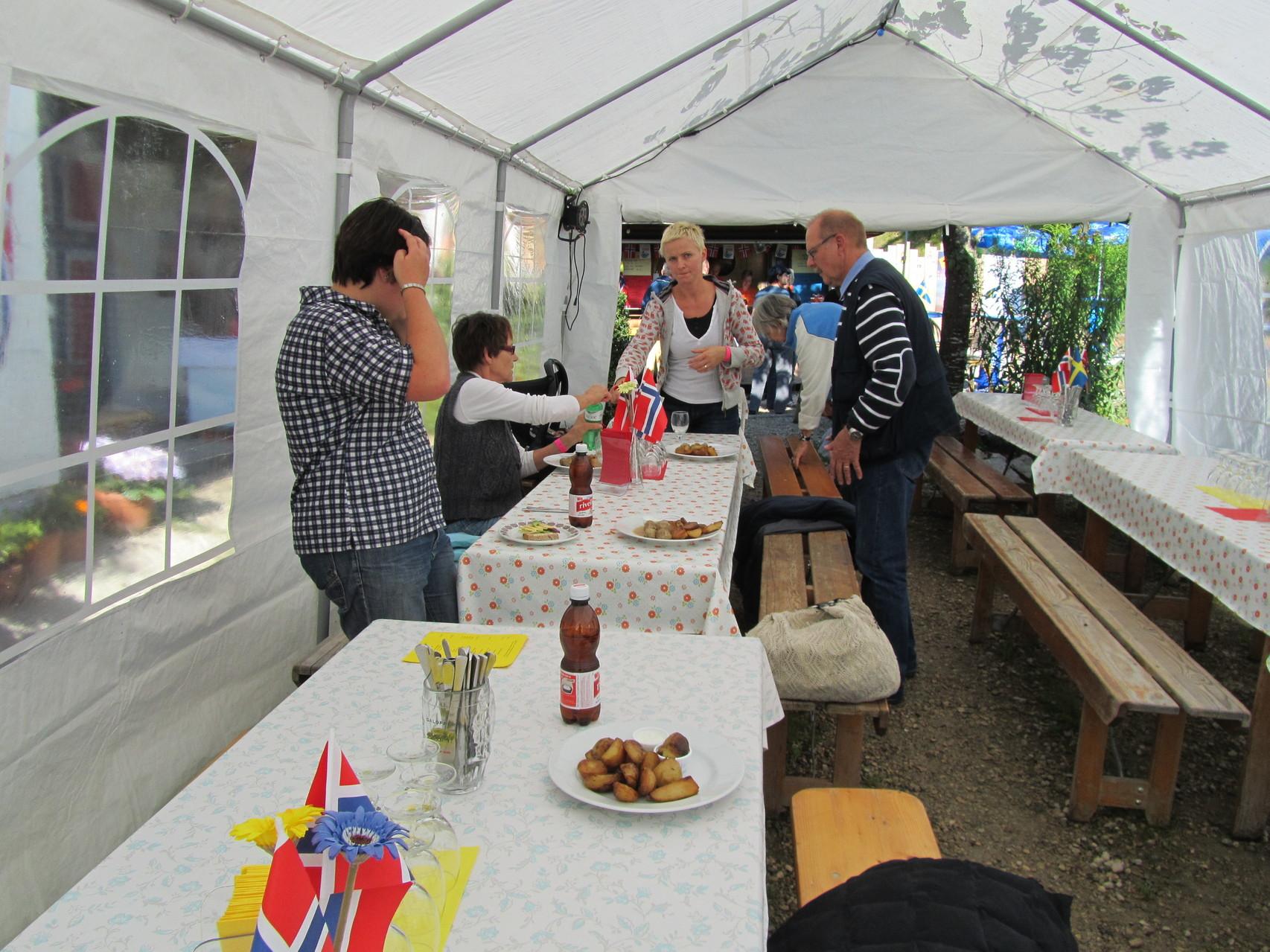Essen ist gefasst! Tanja, Edith, Monika und Ruedi (im Hintergrund Susann Kull am Bänkli zurecht rücken)
