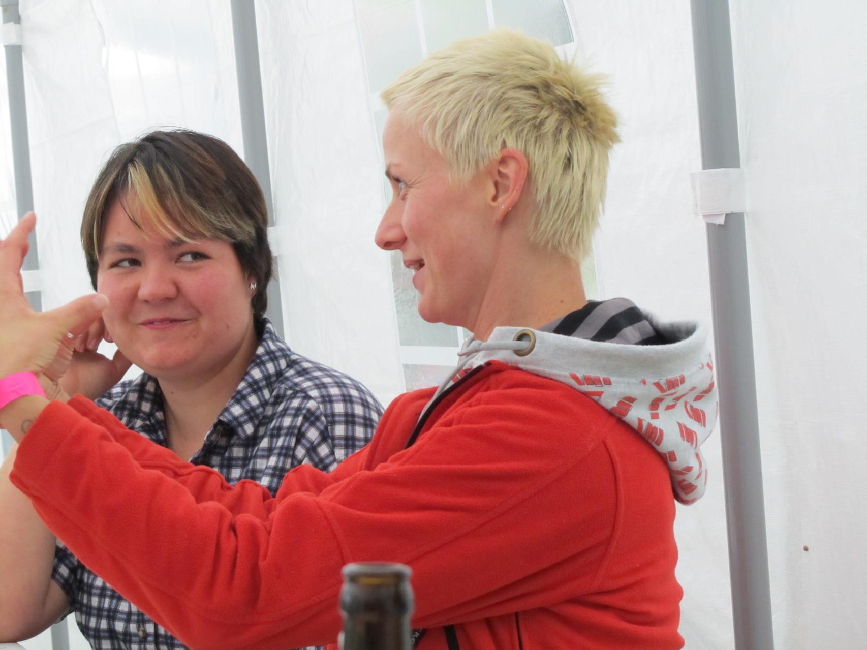 Tanja und Monika - Was erklärt da Moni wohl?