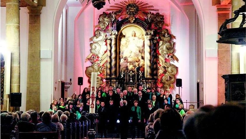 Farbenspiel: Mal blau, grün oder in diesem Fall rot war der Chor im Altarraum der St.-Anna-Kirche beleuchtet.               Fotos: Svenja Beierlipp