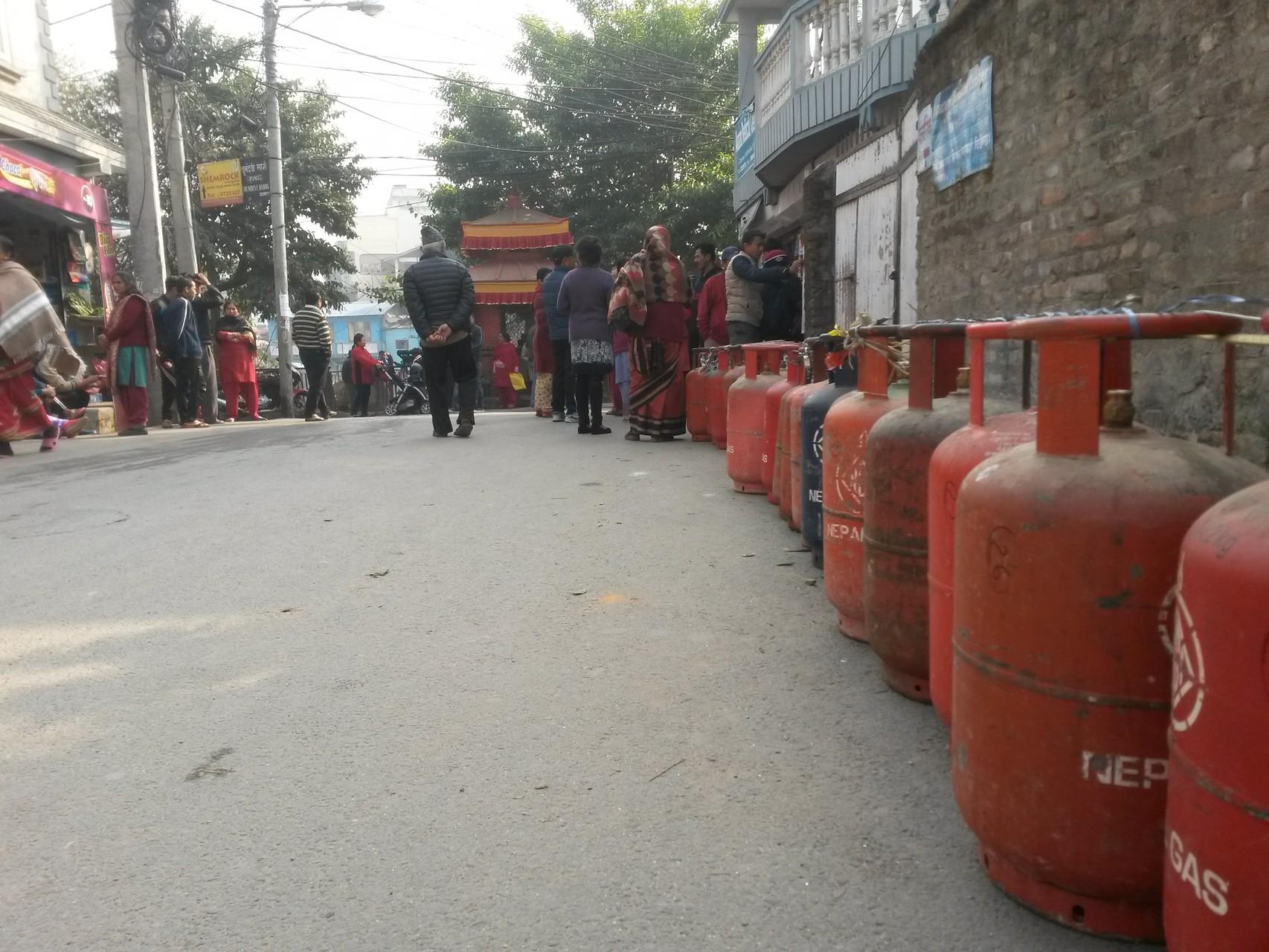 File d'attente au dépôt de gaz. Ce jour là, 200 personnes dans la file