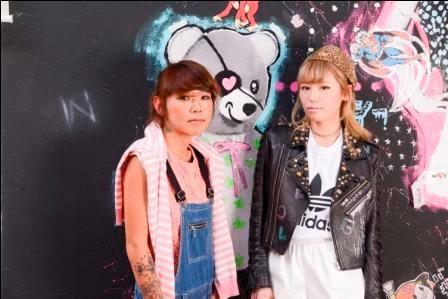 デザイナーを退任した若槻千夏(右)と新デザイナーの横川恵