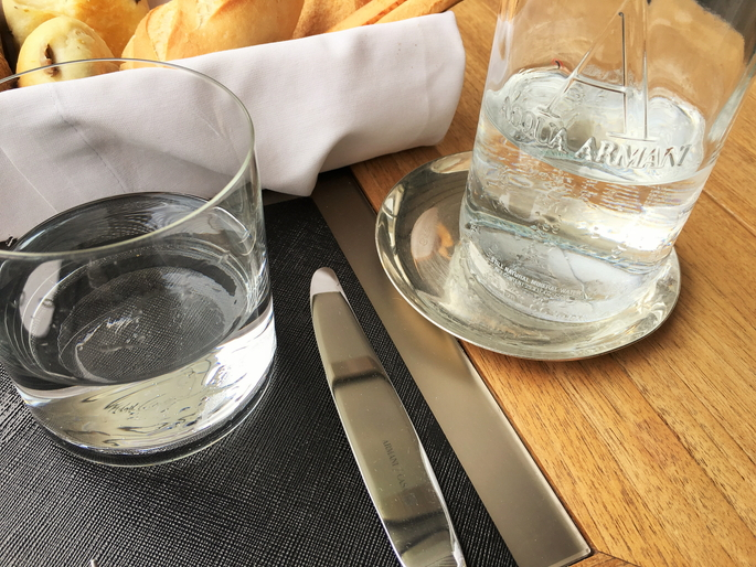皿もナイフもフォークもボトルもアルマーニです