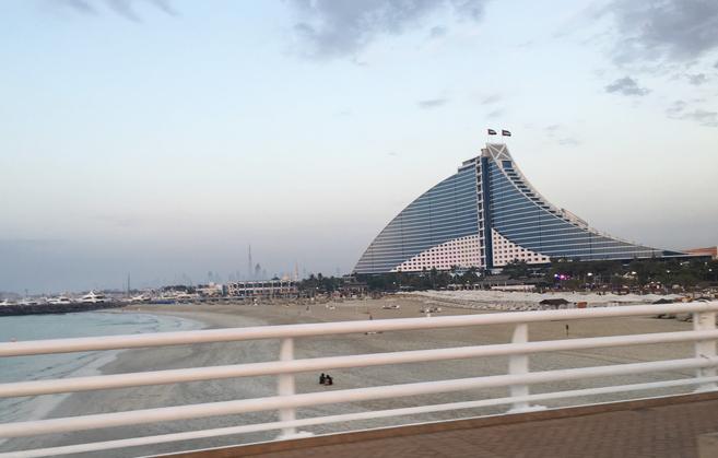 橋から見えるジュメイラビーチホテル、こちらは波をモチーフにしている。 素敵!