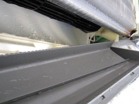 エアコンクリーニング ドレン板洗浄