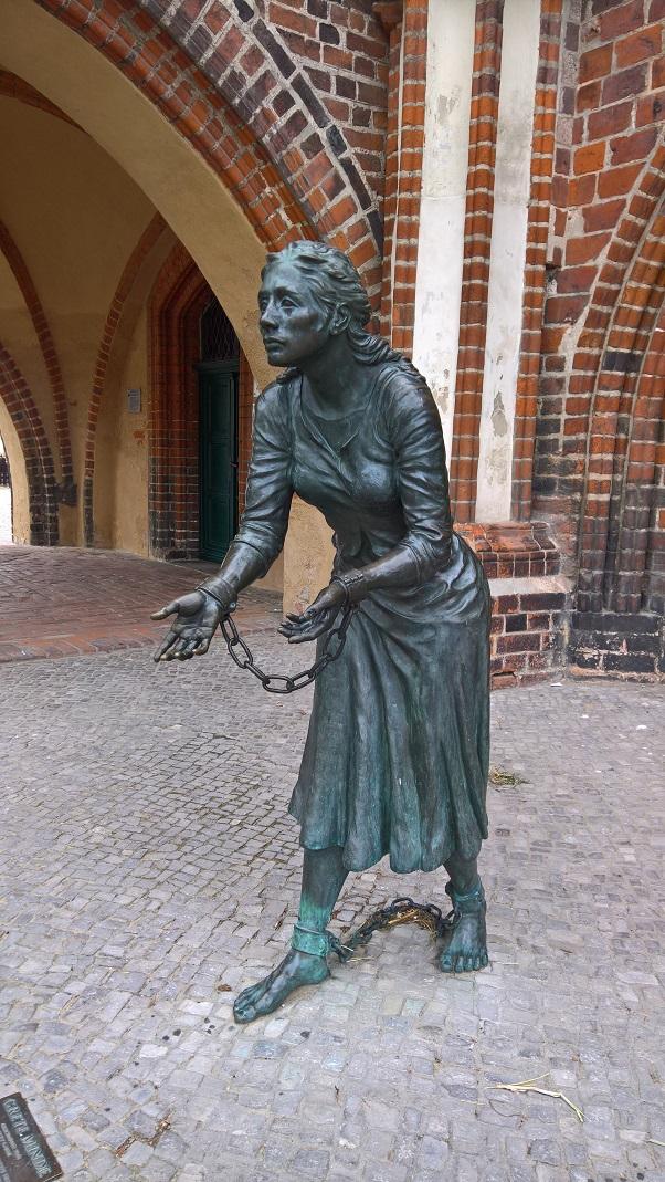 Bronzeskulptur von Grete Minde vor dem Rathaus in Tangermünde