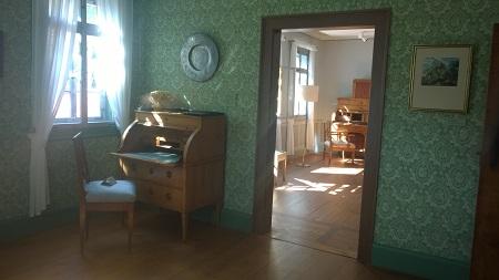 """Charlottes Schreibtisch im Schillerhaus, dahinter die Räume ihrer Mutter, der """"Chère mère"""""""