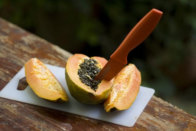 悠仁さまの机に果物ナイフをおいた長谷川薫とは?