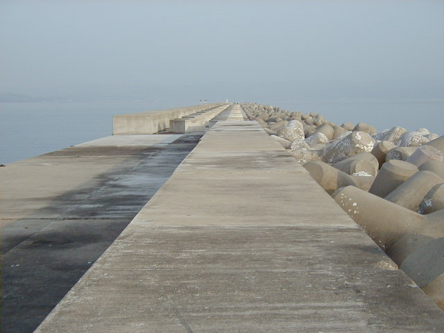 万葉埠頭沖にある全長1500mの沖防波堤 今は立ち入り禁止になってます