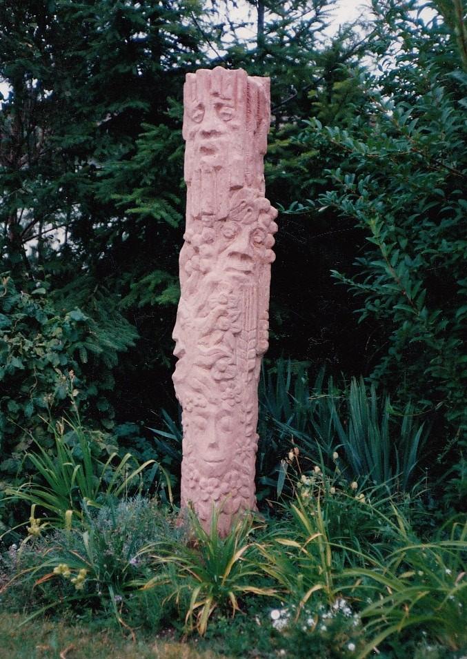 Gartenstele Waldgeister, roter Sandstein
