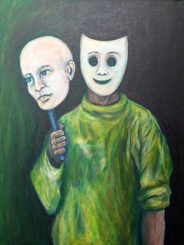 Mann mit Maske trägt sein Gesicht vor sich her.
