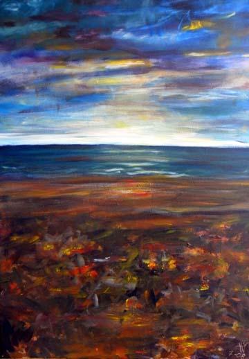 Blick vom weiten Strand aufs Meer und Licht der Sonne, das sich gegen einen Wolken behangenen Himmel durchsetzt. Das angeschwemmte Treibgut lässt sich nur erahnen.