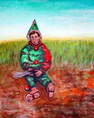 Ein kleiner Harlekin mit gruen-rotem Kostuem sitzt allein und verlassen auf der Erde.