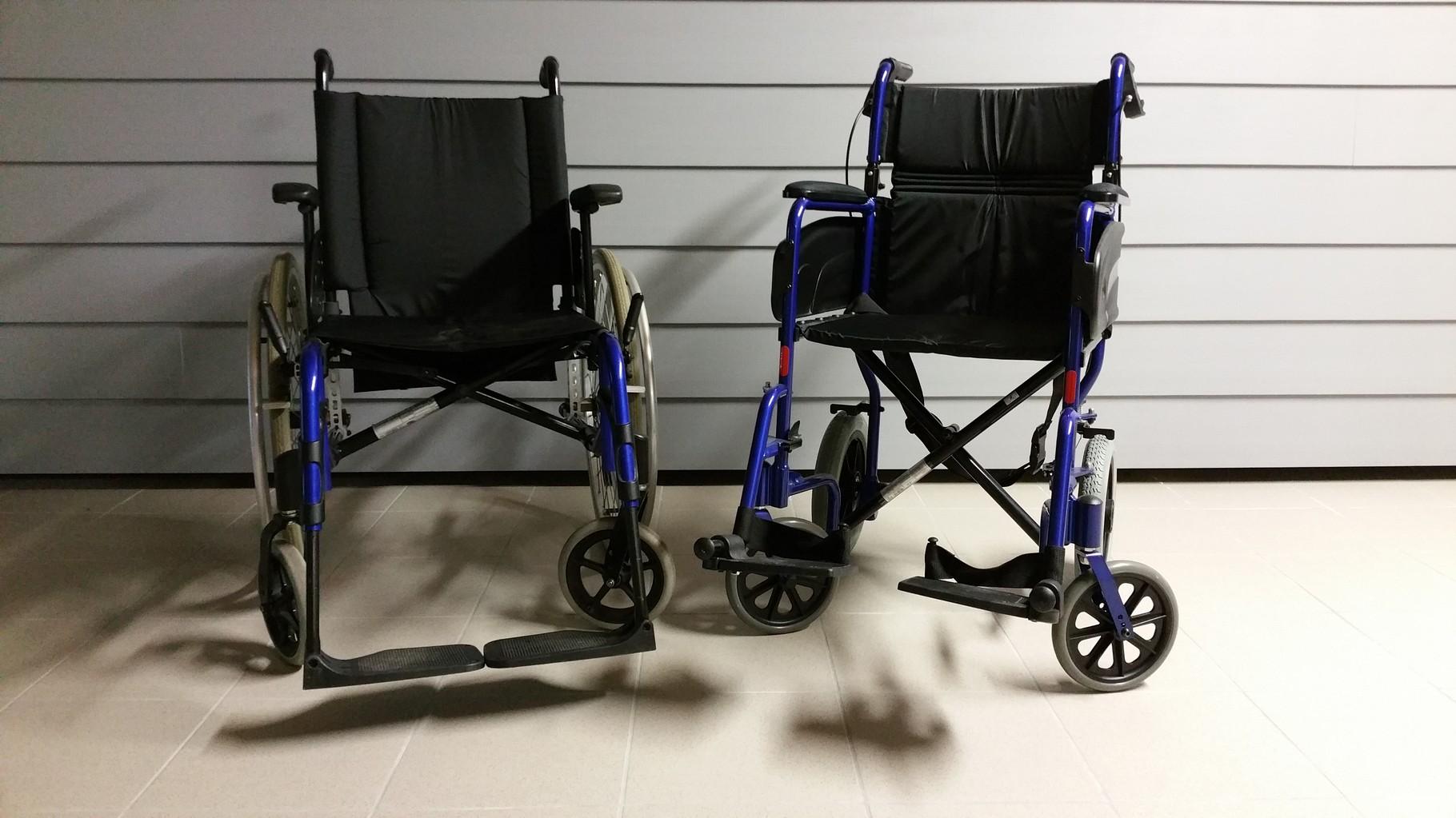 Nos 2 fauteuils roulants à disposition pour le transport de malades assis . (Service gratuit)