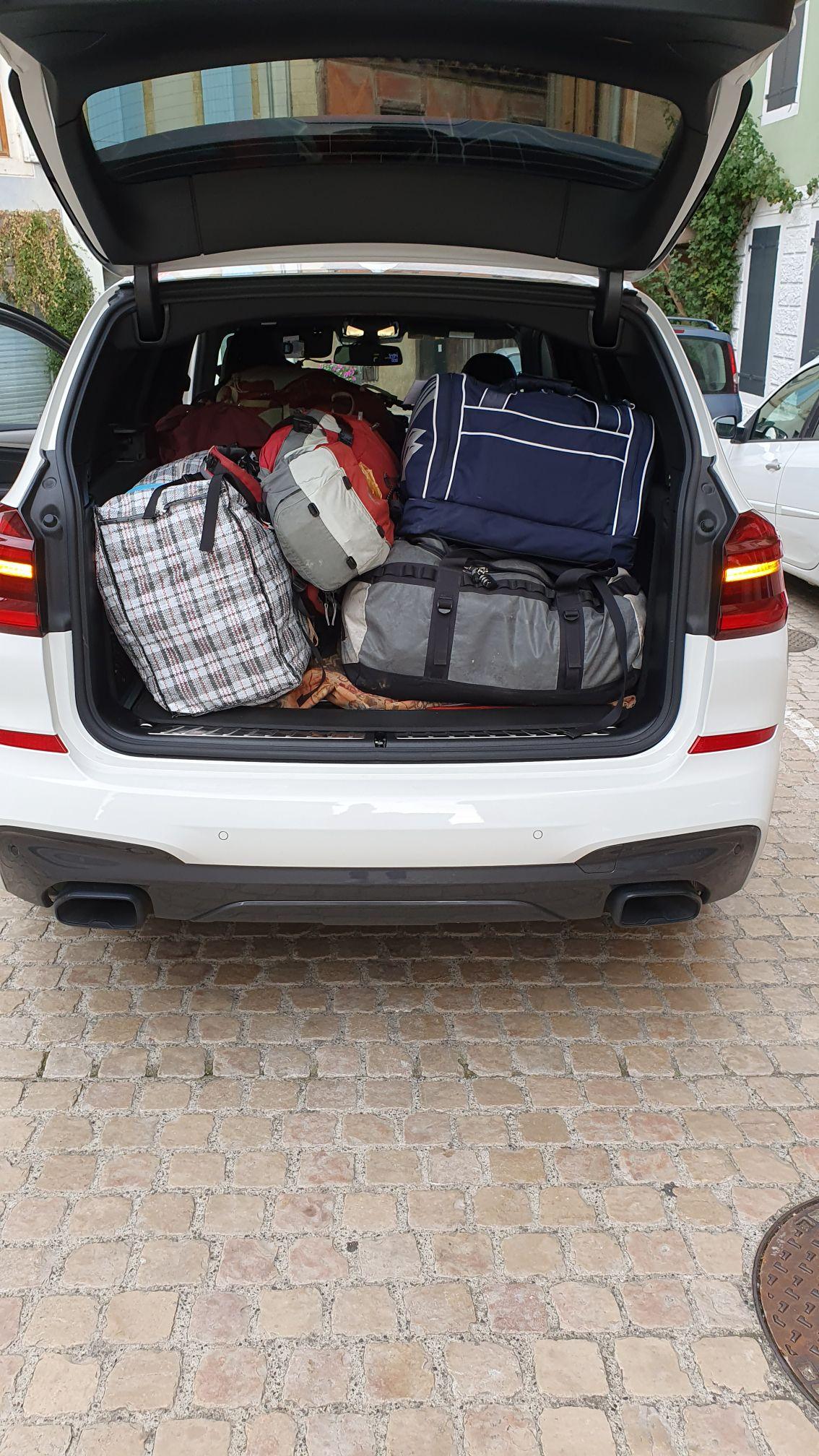 Transport de sacs d'étape en étapes.