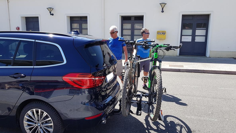 Dépose en gare de Castelnaudary de 2 vététistes avec notre monospace BMW.