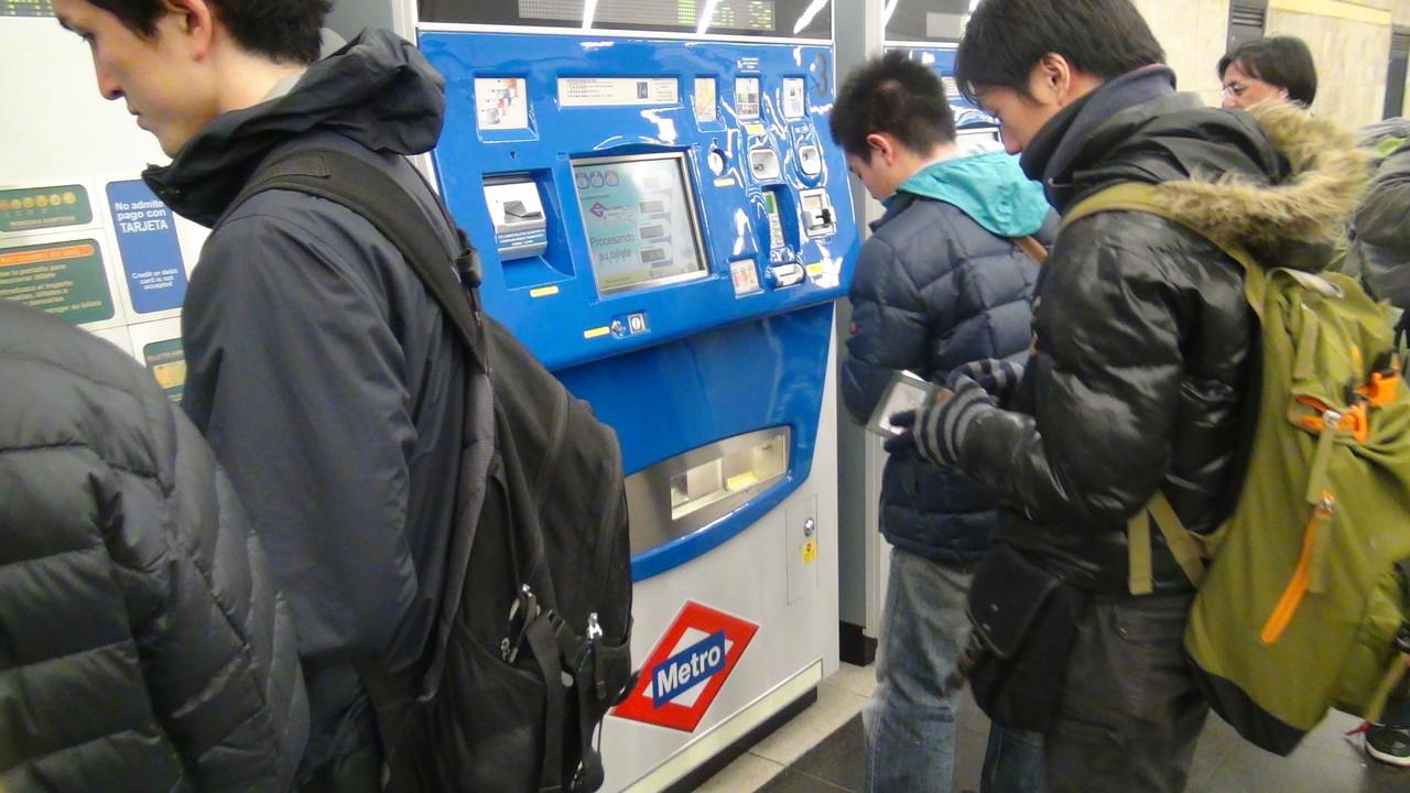 移動は地下鉄も利用します。異国の地でのチケット購入はなぜか緊張します。