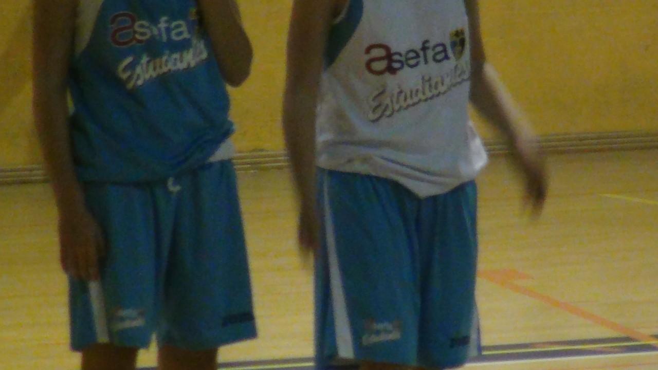 チームの選手はスポンサーから提供されるお揃いのウェアを着用します。