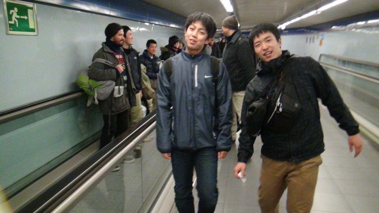 地下鉄と中距離バスを乗り継いでいきます。