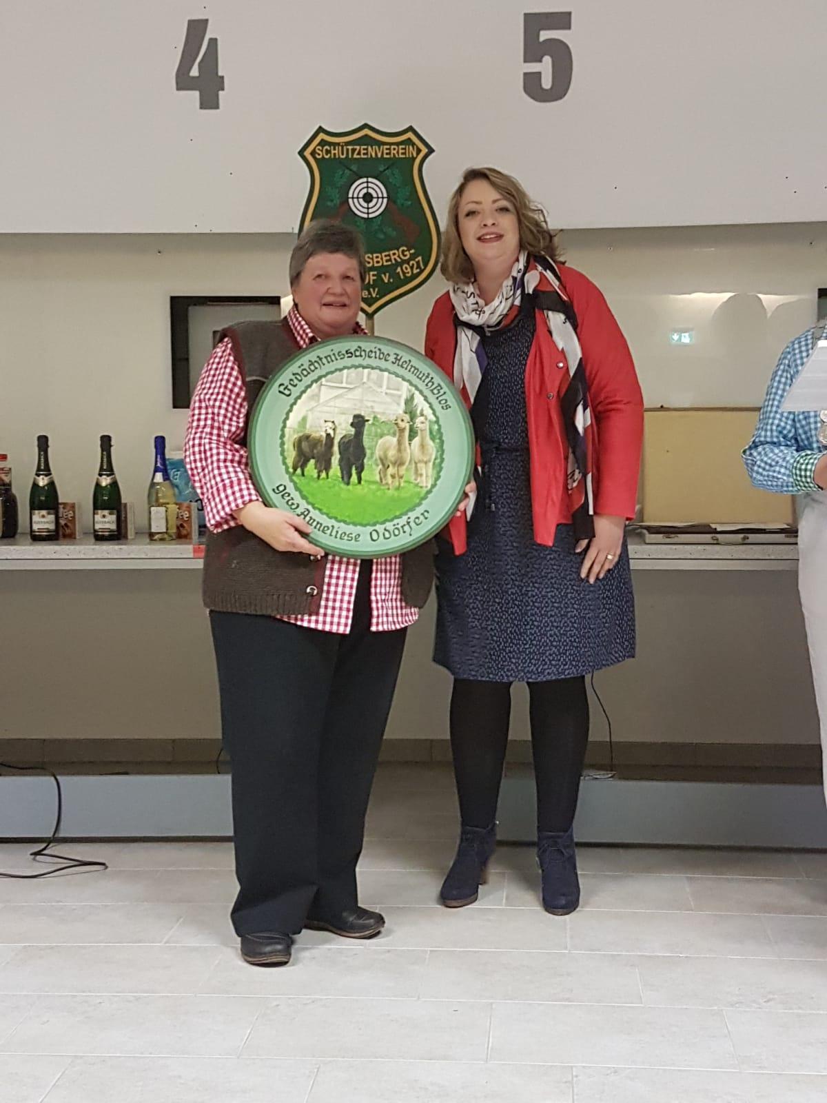 Gewinnerin der Gedächtnisscheibe Anneliese Odörfer mit Nichte Jana Seybold